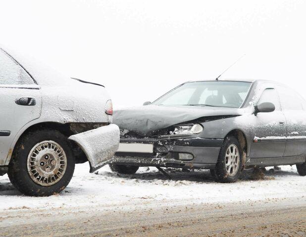 Litt over ti prosent av bilene involvert i uhell sist vinter kjørte med sommerdekk. Det viser tall fra forsikringsbransjen. Foto: Shutterstrock/Tryg.
