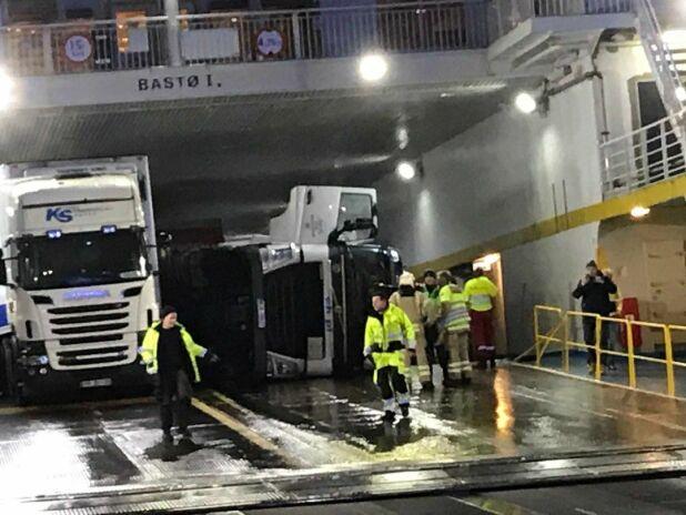 VELTET: Lastebilsjåføren ble skadd i hendelsen. Skadene skal ikke være alvorlige. Foto: Jan Broms/Gjengangeren