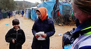 TILFELDIG: Helt tilfeldig treffer vi Maisam og moren Khatoul i Moria flyktningeleir.