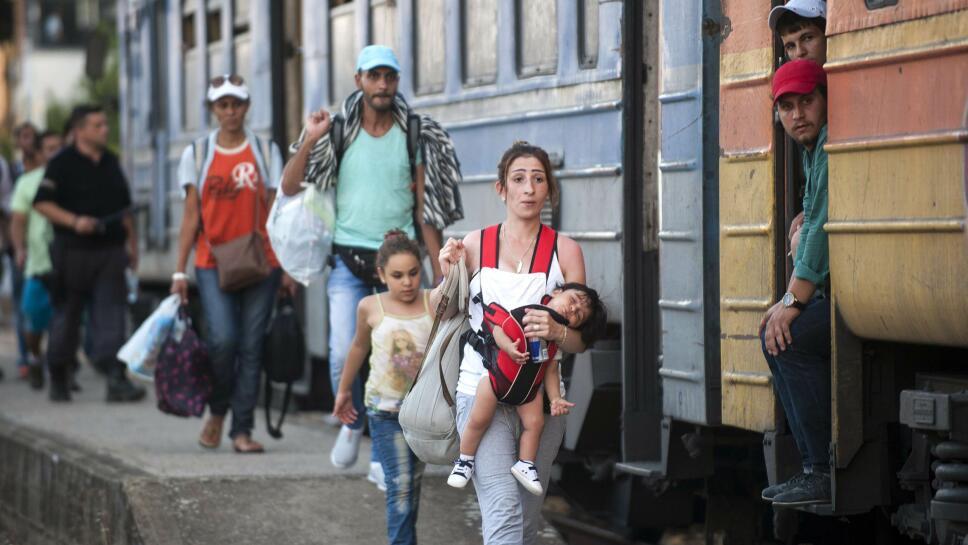 dce52026 DESPERAT FERD: Flyktninger forsøker å komme seg på et tog mot Serbia fra  togstasjonen i