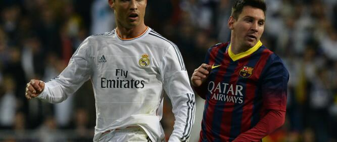"Real Madrid's Portuguese forward Cristiano Ronaldo (L) and Barcelona's Argentinian forward Lionel Messi look on during the Spanish league ""Clasico"" football match Real Madrid CF vs FC Barcelona at the Santiago Bernabeu stadium in Madrid on March 23, 2014.   AFP PHOTO/ GERARD JULIEN FOTO: GERARD JULIEN /"