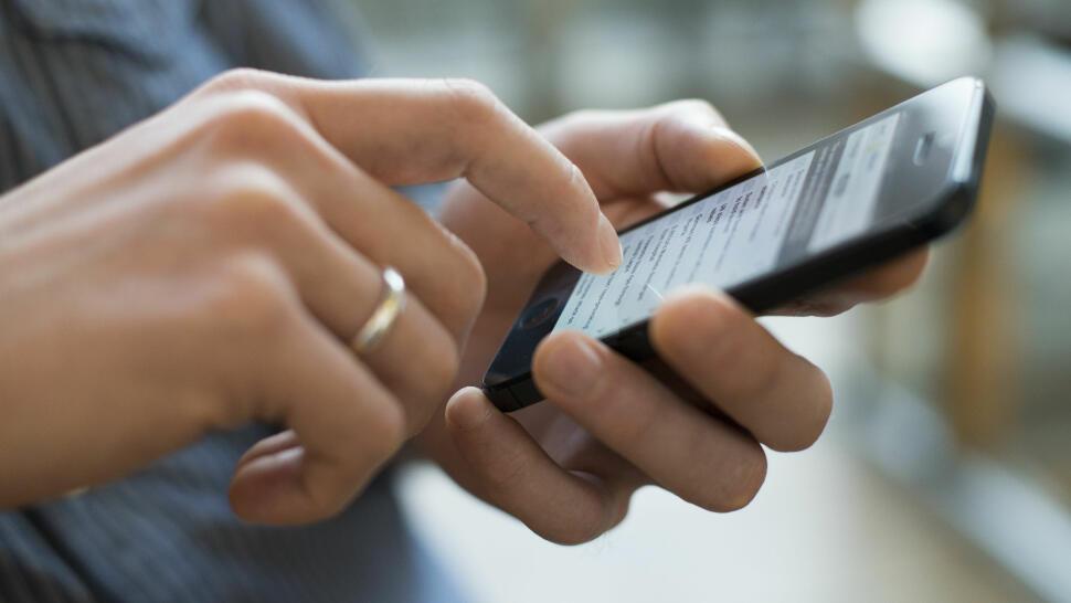5f951d59 AVHENGIG: Mange foreldre er avhengig av mobilen, og bruker mye mens de er  sammen