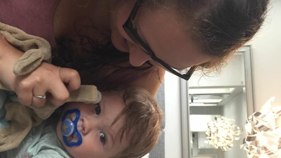 0c3f1d795 Therese sjekket den nye smokken før hun ga den til sønnen (1 ...