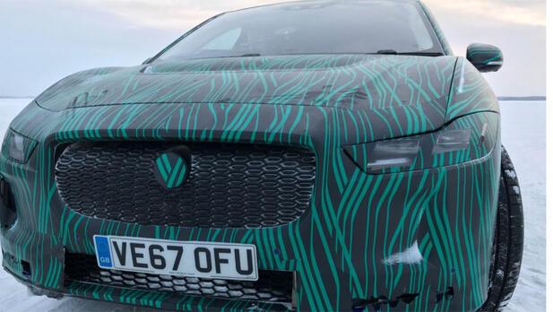Jaguar-merket i grillen er fortsatt kamuflert, det er fortsatt en stund til vi får se den uten all folien.