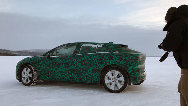 I-Pace er lavere enn de fleste sammenlignbare SUV-er, designet har flere sporty elementer.