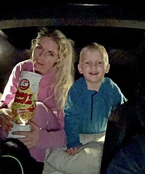 Anneli Madeleine Eriksen (28) og Emilian (4) har flyttet inn i bilen, etter bålkos ute.