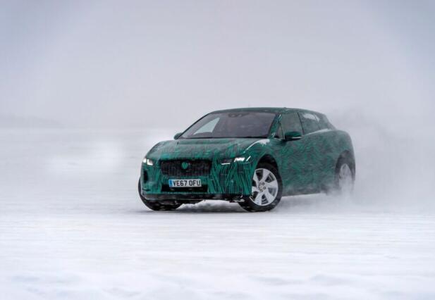 I-Pace ute på isen, å ta den med ut på noen vei får vi ikke lov til.