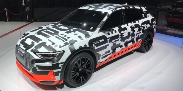 Slik ser prototypen av Audis elektriske SUV ut i kamuflasjefolie.