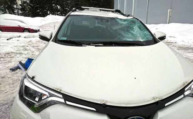 Ødeleggelsene kan bli store når noe ramler av taket og treffet bilen med stor tyngde. Foto: Tryg Forsikring.
