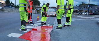 Derfor maler de veien rød